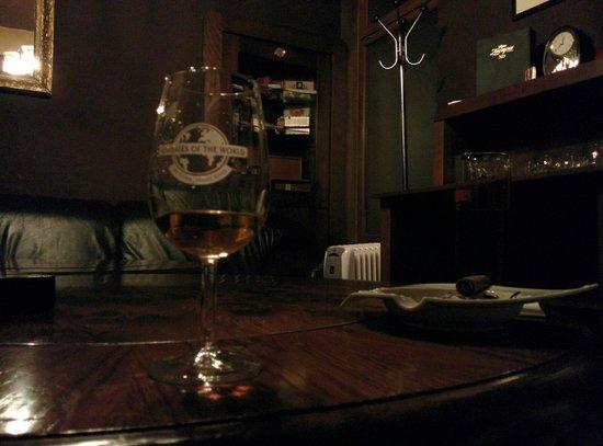 Modra mys Cocktail bar: Scotch and cigar club.