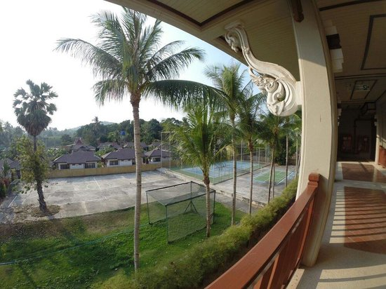 Samui Buri Beach Resort: Terrain de foot et court de tennis