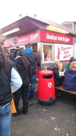 Bæjarins Beztu Pylsur: Photo of the hot dog place.