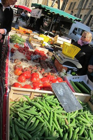 Tastes of Provence - Tours : Lots in the market even in cool March!