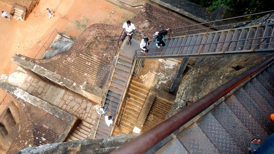 Sigiriya Cottage: Scary stairs up to the top