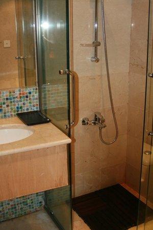 Hawthorn Hotel & Suites Hawally Kuwait: bath