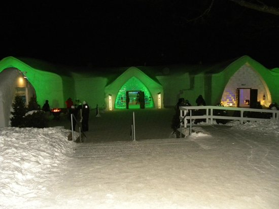 Hôtel de Glace : Lit up at night