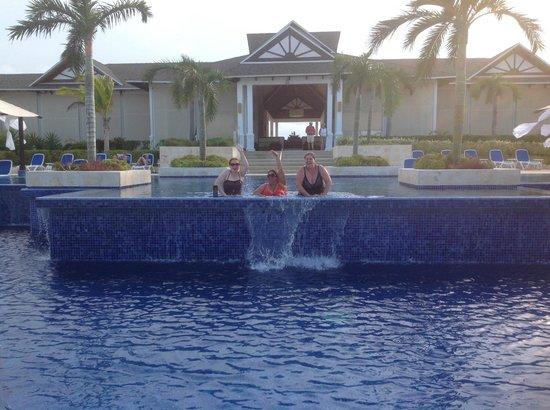 Royalton Cayo Santa Maria : Infinity pool close to the lobby