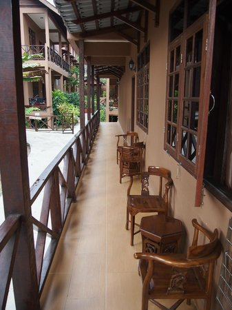 Ombak Inn Chalet: Outside room