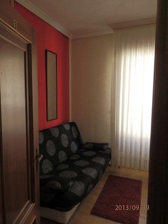 Pension Salamanca : Sofá junto a la ventana de habitación quíntuple con TV y WiFi gratis