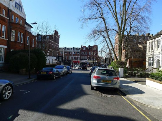 Quality Hotel Hampstead: Вид от отеля на Finchley Road