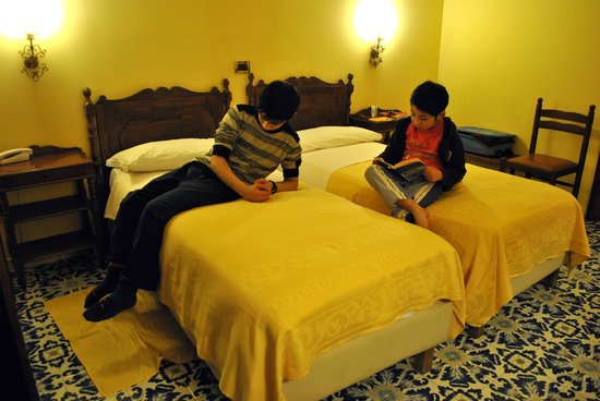 Grand Hotel Hermitage & Villa Romita: Night time reading in their room.