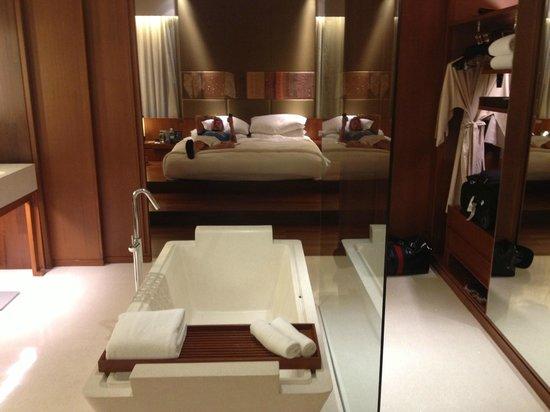 Hansar Bangkok Hotel: Bedroom/Bathroom
