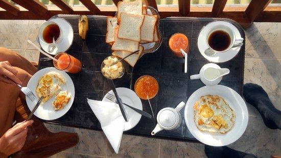 Sky Green Resort: Early breakfast served on th ebalcony