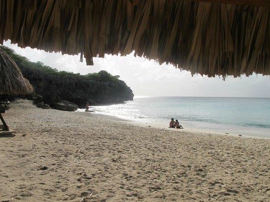 Kenepa Beach: Вид из под зонтика