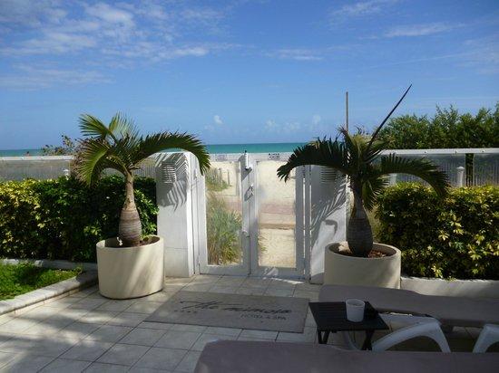 The Mimosa Hotel: salida a la playa