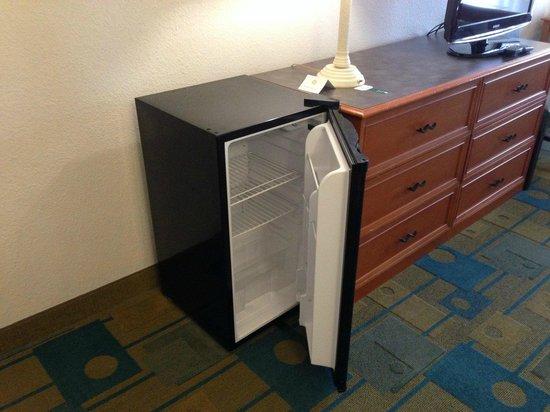 La Quinta Inn & Suites Salt Lake City Airport : Fridge in Room