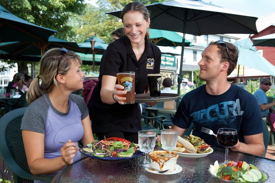 Woodstock Inn Station & Brewery : Outdoor Dining with Friendly Service
