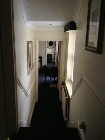 Collingham Serviced Apartments: Entry way into main living area of suite