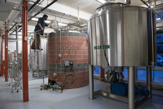 Woodstock Inn Station & Brewery : 30 BBL Brewery in action