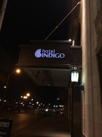 Hotel Indigo Nashville: Entrance to hotel