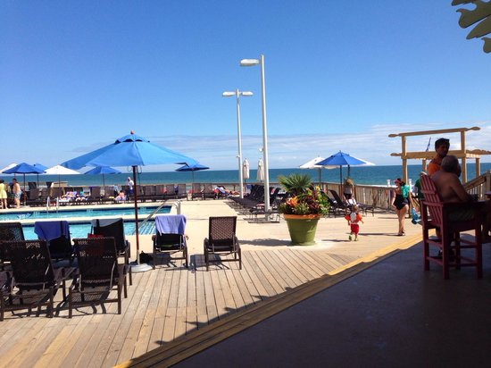 Royale Palms Condominiums by Hilton: View from poolside bar