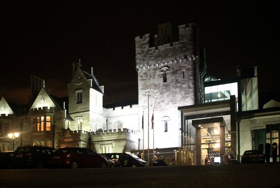 Clontarf Castle Hotel: The Clontarf Castle view from approach at night
