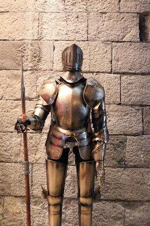 Clontarf Castle Hotel: Suit of Armour in entrance