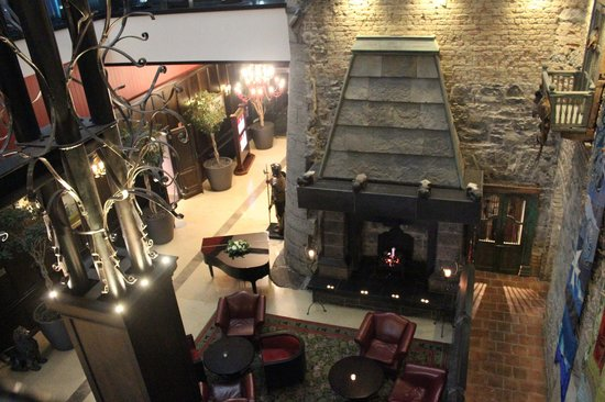 Clontarf Castle Hotel: view of lobby from indoor balcony