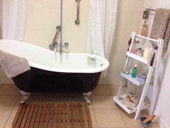 Blackwattle Farm Bed And Breakfast: The free standing bath.