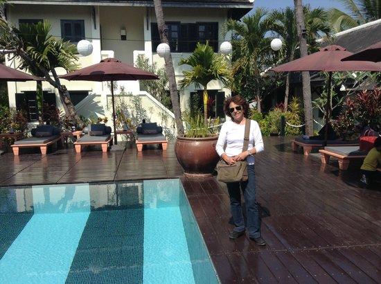 Na piscina do Villa Maly em Luang Prabang, Laos