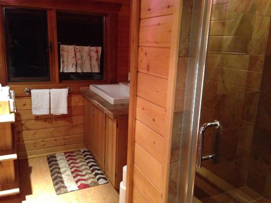 Folk Tree Lodge: Second bathroom