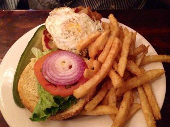 Jacob Wirth Restaurant: burger con formaggio e uovo