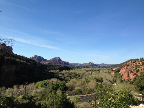 Sedona Views Bed and Breakfast: View to the south looking at Cathedral Rock