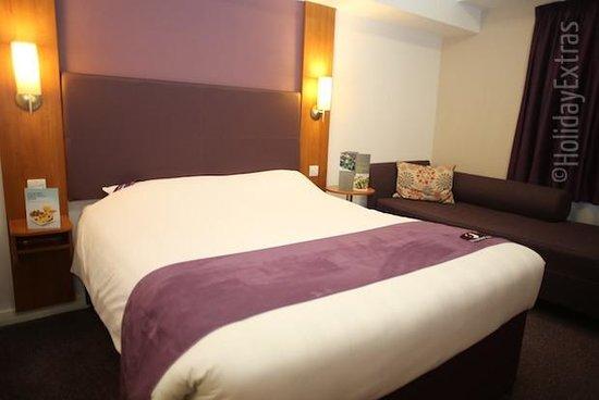 Premier Inn London Heathrow Airport (Bath Road) Hotel : Premier Inn Room