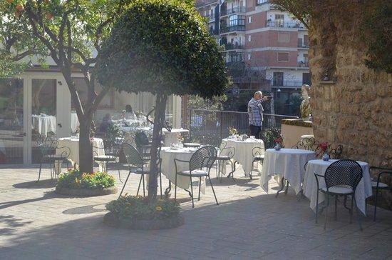 Antiche Mura Hotel: terraza al aire libre para desayunar con balcon sobre el acantilado