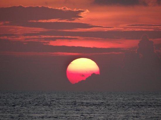 Filitheyo Island Resort: Sunset bar view