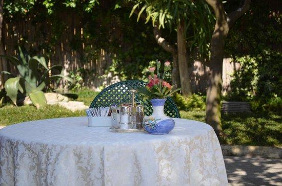 Antiche Mura Hotel: mesa de desayuno al aire libre