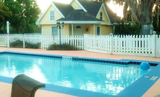 Shamrock Thistle & Crown Bed and Breakfast: pool and seperate cottage rental