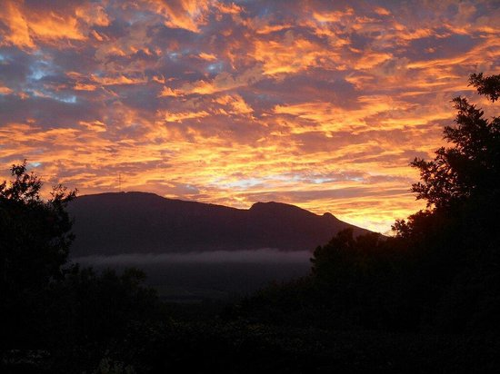 Paradiso Guesthouse & Self Catering Cottage: Incredible sunset view of Constantia and Table Mountain