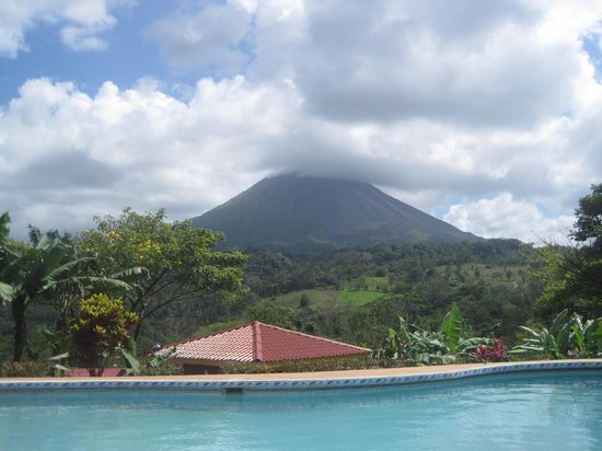 Hotel Miradas Arenal: View of volcano from pool