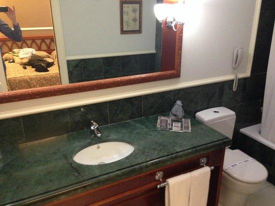 Catalonia Las Cortes: Bathroom in room 207