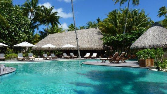 Le Taha'a Island Resort & Spa: la piscine et le restaurant du midi