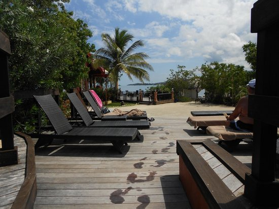Sandals Royal Caribbean Resort and Private Island : Private island pool deck