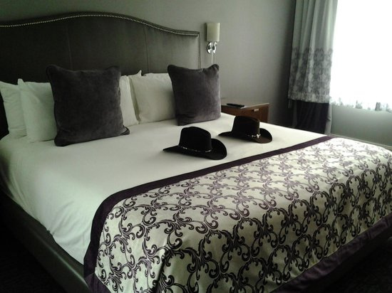 Ambassador Hotel Wichita, Autograph Collection: Beautiful, comfy bed