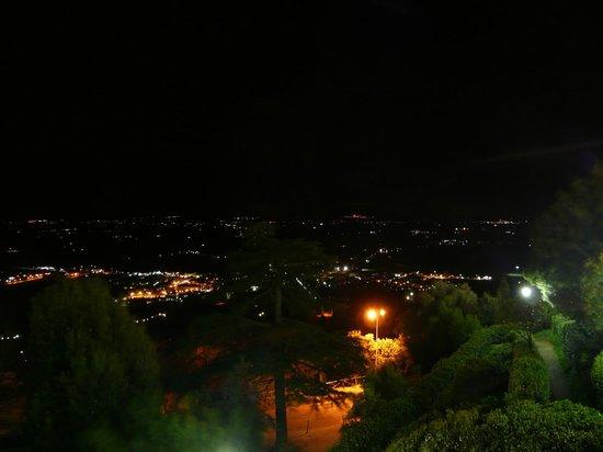 Casa Kita: Panorama notturno dalla stanza Toscabali