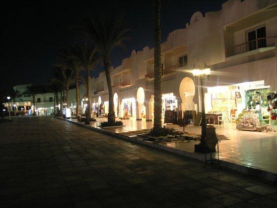 Baron Resort Sharm El Sheikh: Улица с магазинами