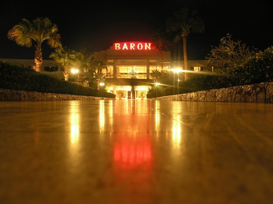 Baron Resort Sharm El Sheikh: Дорога от пляжа к ресепшн