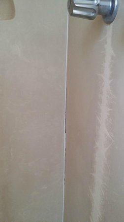 Best Way Inn: Cracked caulking and Black Mold in shower Corner.