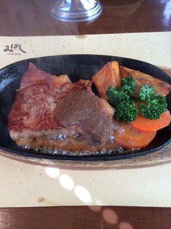 Steak House Mihashi: Bコースのステーキ。これはミディアムレア。肉質も焼き具合も素晴らしい。妻はウェルダンで頼んだら薄くて広い肉でした。なるほどと感心しました。