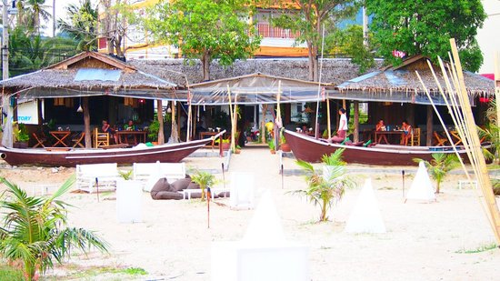 Baan Tai Backpackers : Restaurant across the road(awesome)