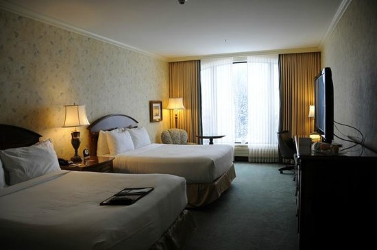 Fairmont Chateau Lake Louise: The double room with 2 queen beds. They have the same view of the lake and mountains.