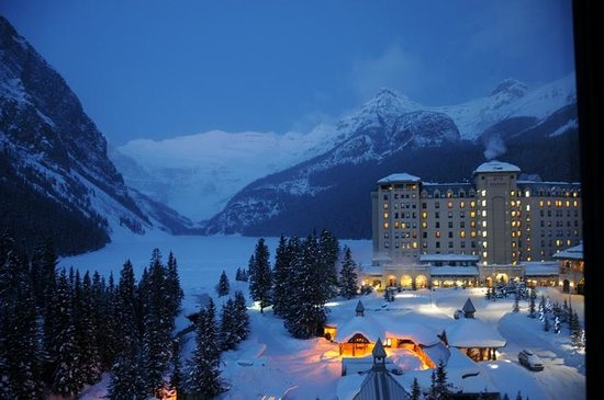 Fairmont Chateau Lake Louise: Night time view.