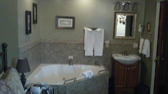 Victoria Resort Bed & Breakfast: Whirlpool Tub in Queen Deluxe room!